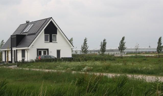 Het inmiddels gebouwde huis aan de Noordersingel vinden de buren een 'pukkel in het mooie landschap'.   Foto: Gerrit van Loon