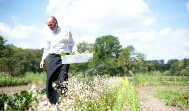 Chefkok Eric van Veluwen maakt het liefst gerechten met groenten uit eigen moestuin