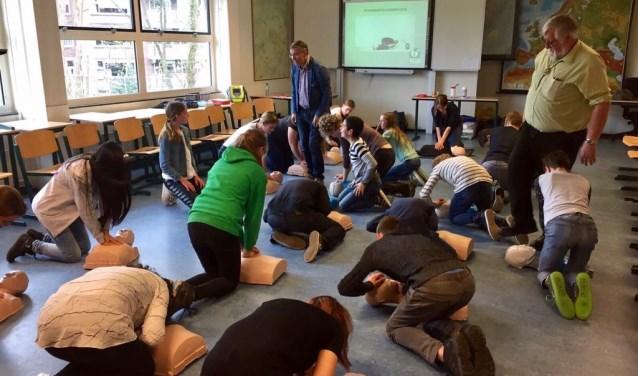 De Lionsclub realiseert reanimatie- en AED-trainingen bij Het Hooghuis locatie TBL.