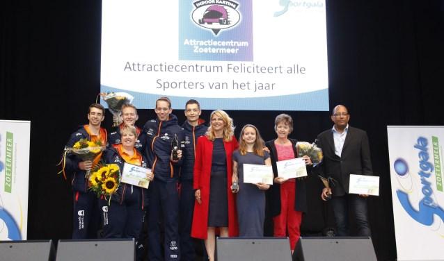 De winnaars van het sportgala worden gehuldigd door Margreet van Driel. Foto: Wim IJzendoorn