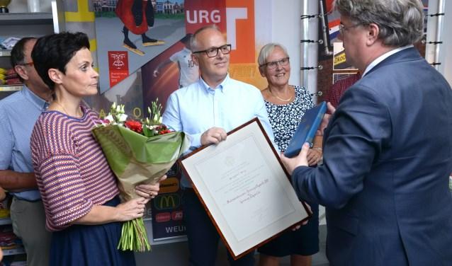 Commissaris van de Koning van der Donk overhandigt het predicaat Hofleverancier. FOTO: Pix4Profs