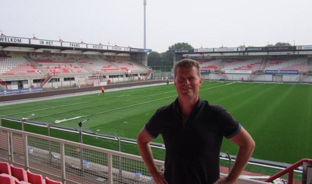 Algemeen directeur van F.C. Oss Peter Bijvelds staat trots in 'zijn' Frans Heesen Stadion. Achter hem zijn de werkzaamheden aan de nieuwe kunstgrasmat in volle gang. Foto: Dick Hubertus
