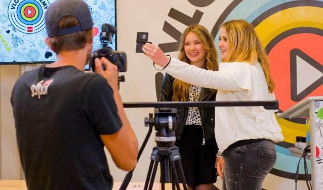 Na afloop van de vlog academy was er voor de twintig gelukkige winnaars ook nog tijd om met hun idool Joy, alias Beautynezz, op de foto te gaan. (Foto: Maaike van Helmond)