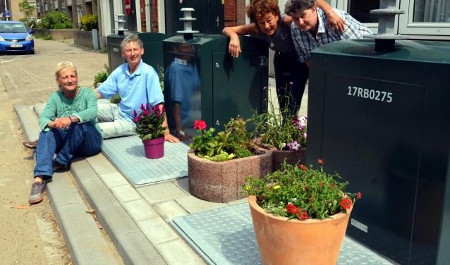 De plantenbakken lossen niet alleen een probleem op, ze fleuren de straat ook op. (Foto: Jos van Leeuwen)