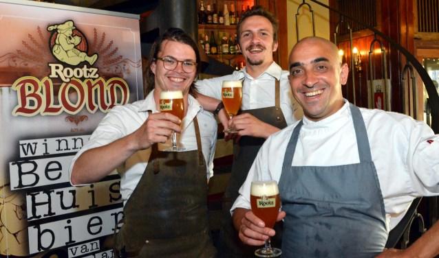 Manager Juriaan Pleij (helemaal achteraan) met zijn medewerkers. Foto: Jos van Leeuwen