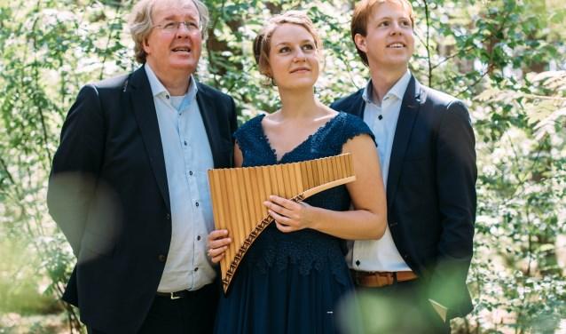 Wim Magré (orgel), Wilbert Magré (piano) en Carina Bossenbroek (panfluit) presenteren hun vierde CD 'Amicaal' in de VEG Kerk te Nijverdal. Foto: Femmy Fotografie