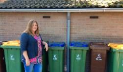 Raadslid Natasja Peters (Burgerbelangen) bij een enorme hoeveelheid kliko's in haar wonplaats.