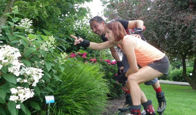 Mei Lan en Dennis uit Gouda zijn skeelerend naar de Proeftuin van Holland gekomen, om inspiratie op te doen voor hun eigen tuin. FOTO: Morvenna Goudkade