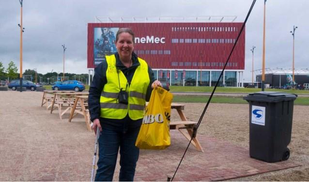 Dineke Oudijk won afgelopen keer de trofee, omdat zij regelmatig met een groep vrijwilligers de buurt opruimt. Foto: Martijn Sierhuis