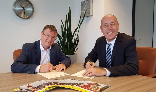 Voorzitter Herman ter Haar (Bloemencorso Lichtenvoorde) en directeur Andreas Krawczik (Remondis Nederland) ondertekenen het nieuwe sponsorcontract.  Foto: PR Bloemencorso