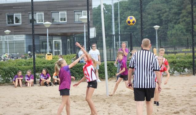 """De jeugd is superenthousiast over het spelen van korfbal op zand. """"Het is sneller en dynamischer.""""  Foto:PR"""