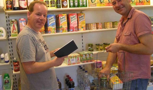Erwin Jansen (l.) en Jürgen Fischer dragen zorg voor bewoners op de Keizerslanden. (foto en tekst  Gerreke van den Bosch)