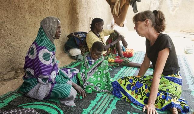 Geeske op huisbezoek bij een Tsjaads gezin met een gehandicapt kind (Foto: Jaco Klamer)