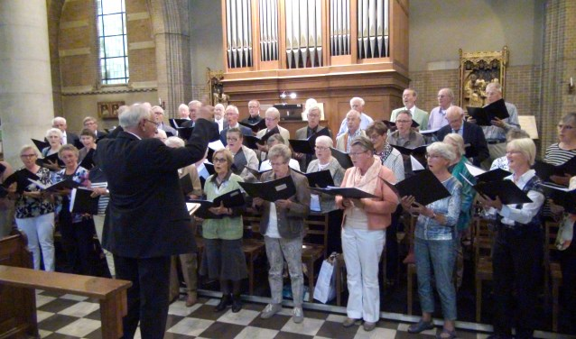 Het projectkoor onder leiding van dirigent Jan Monden te zien en te horen tijdens de TV-uitzending vanuit de Laurentiuskerk aan de Ginnekenweg. FOTO: HENK BAKKER