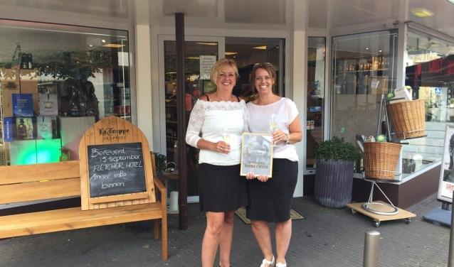 Monique Woesthuis en Tineke Horst van HorstHuis kregen de meeste stemmen tijdens de verkiezing en mogen zich een jaar lang de favoriete winkel van Rijssen noemen.