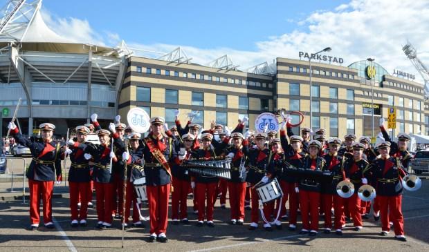 Het showkorps van De Bazuin is zichtbaar verguld met de op het Wereld Muziek Concours gewonnen gouden medaille. Eigen foto