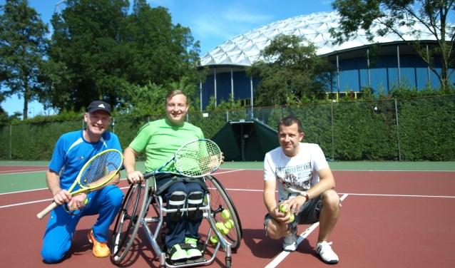 De Zoetermeerse Mitchel Graauw met trainer Bregt van der Born en rechts Ruud van Hoogdalem. Foto Simone Langeveld.