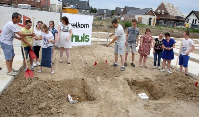 De trotse toekomstige bewoners van Severinus 'zaaien' hun geluksklavertjes voor de toekomst.(Foto: Theo van Sambeek).