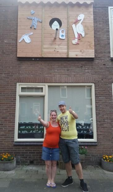 Tracy Achterhuis en Ference Bekkema werden door hun vrienden verrast met een heus 'broekhok'. Foto: Marion Bekkema Polmann.