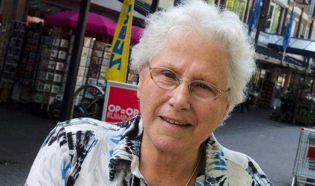 De grote wens van mevrouw Hofman is een openbaar toilet. ,,Daar is voldoende ruimte voor op het plein.'' (foto Gert Perdon)