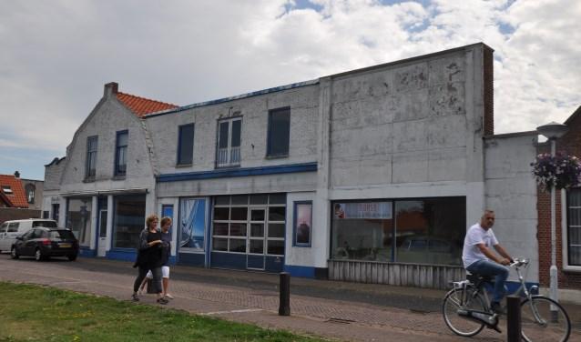 De voormalige Kevergarage aan de Nieuwstraat ligt er al jaren verlaten bij en is de inwoners van Bruinisse een doorn in het oog. FOTO Anneke Flikweert