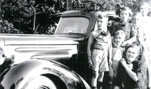 Lang heeft dit gezin niet kunnen genieten van hun auto. Een jaar later nadat deze foto is gemaakt, in 1940, werd de auto gevorderd door de Duitsers.