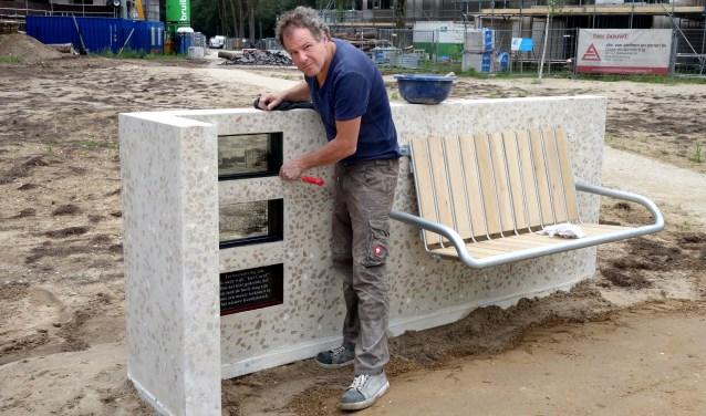 Uit het restafval van de sloop heeft Bilthovens kunstenaar Frank Halmans een bank weten te produceren die ook daadwerkelijk functioneel is. FOTO: Jeanette Schols