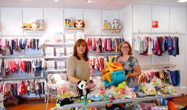 Vrijwilligster Sandra en secretaris Janet van Huisstede in de fris ogende en goed gevulde winkel op de Hoogstraat 14-18.