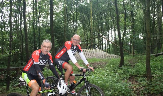 Jan Haselbeke (links) en Henk Bloemert op één van de mooie delen van de Wiezeo ATB Tour 2017. Foto: tekst&prtwente