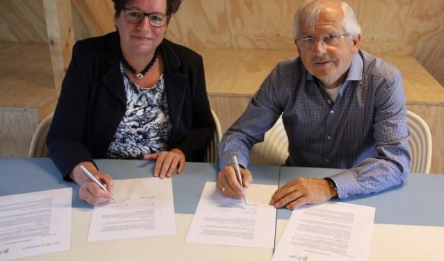 Trijn van der Meulen, raad van bestuur Frion, en Martin Hendriksen, voorzitter van bestuur van stichting de Stadshoeve, tekenen de samenwerkingsovereenkomst.