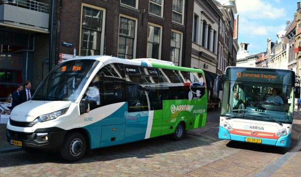 Twee generaties bussen in de Dordtse binnenstad. (foto: Arco van der Lee)