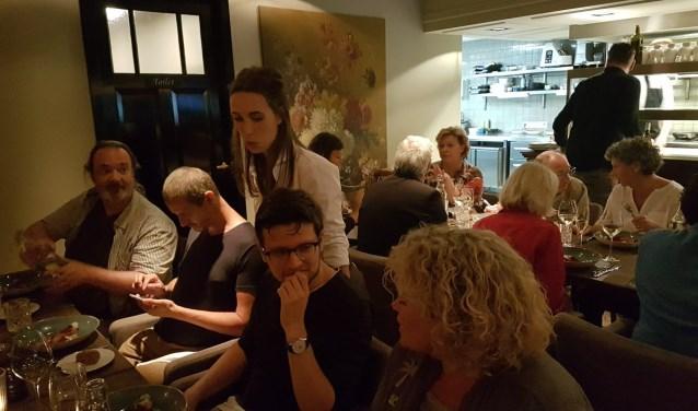 Een legertje culinair journalisten uit België was zondag na een bezoek aan Landerij VanTosse bij horecaondernemers in de Peperstraat te gast. Zij verkenden Oss alvast, als stad een van de kartrekkers van de Europese Regio van de Gastronomie. Foto: Jack van Lieshout