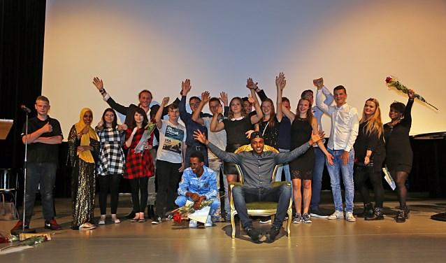 Met gemengde gevoelens namen 19 leerlingen van De Brug in de Poorterij afscheid van hun school. De zaal zat vol trotse ouders, familieleden en begeleiders vanuit de stage. Foto: Hans van Eeuwijk