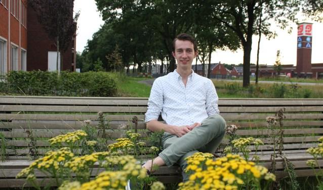CDA-voorman Van der Schans op het bewuste overwoekerde bankje bij het Kernhuis, nabij winkelcentrum Parkweide.