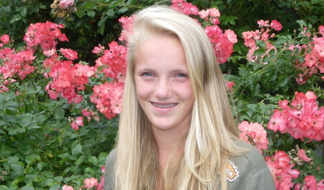 ennistalent Charlotte Wijkamp (14) heeft al een flinke prijzenkast. Haar eerste beker won ze op zeer jonge leeftijd bij TVB, haar meest recente beker is van een toernooi in Noorwegen (Foto's: Morvenna Goudkade)
