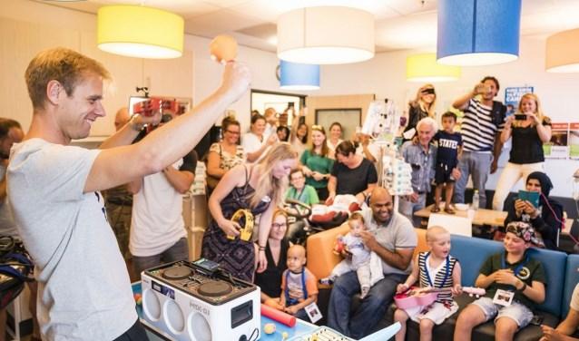 Armin van Buuren geeft de kinderen van het Prinses Máxima Centrum voor kinderoncologie alvast een voorproefje. Foto: Ivar Pel