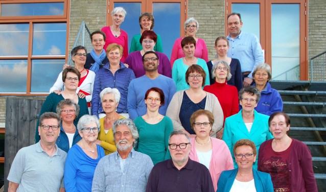 Het kleurrijke koor Con Colore bijt het spits af op het Jan Lindersplein.