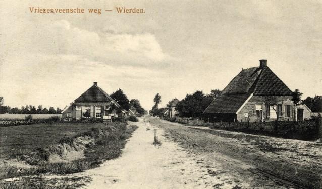 'De Vjennediek' tussen Wierden en Vriezenveen. In de rechtse boerderij woont volgens het bevolkingsregister vanaf 1890 de familie G. Beverdam.