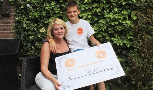 Kanjer Tycho scoorde met zijn moeder 8.493,60 euro voor KiKa. Wachtend op zijn genezing van leukemie gaat hij naar groep 8 en blijft hij voetballen. ''Ik wilde iets terug doen.'' (Foto: Lysette Verwegen)