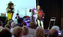 Accordeonist en entertainer Frans Baggerman bracht de stemming er gelijk al in tijdens de ouderenmiddag.