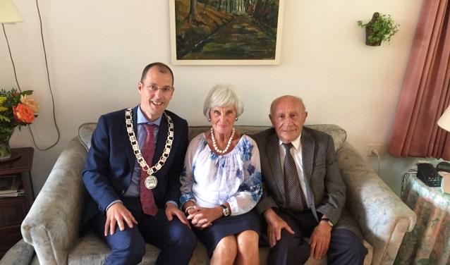 Wethouder Sander Jansen op de koffie bij het diamanten echtpaar Busser.