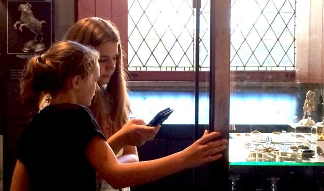 Leerlingen van Roncalli SG testten 'Machtig Zilver', een game voor op de mobiele telefoon die spanning en geschiedenis combineert met de zilvertentoonstelling. FOTO: PR