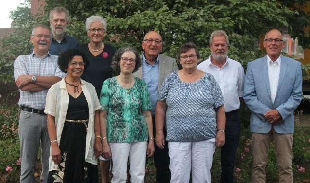 De negen jubilarissen samen op de foto. Vlnr. Harrie Nillesen, Cary van de Burgt, Elvira Heukelom, Ria Verbruggen, Gerda Bouman, Jan Sas, Ria van Haaften, Joop Foks en Frans Lewiszong. (Foto: Marijke Smits-van Dieren)