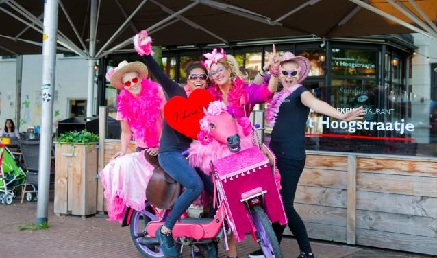 """Roze woensdag belooft ook dit jaar weer een groot roze feestje te worden bij 't Hoogstraatje. """"Een dag vol onvoorwaardelijke liefde"""", aldus Nijmeegse Annie. (Foto: Maaike van Helmond)"""