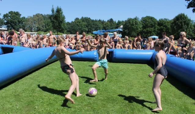 Donderdag 13 juli wordt afgetraptmet een 2 tegen 2 voetbaltoernooi op de ligweide van het zwembad.