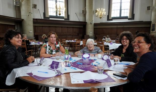 Kennismaken met anderen, ervaringen delen, dromen en doen. Eén van de vijf dialoogtafels tijdens de Dag van de Dialoog in de Oostkerk in Middelburg. Foto: Fabiola Gies
