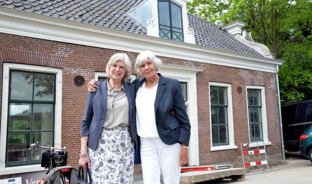 Lenneke en Else, dochters van oud burgemeester Herman Vos, voor hun ouderlijke woning aan het Rietveld 25 FOTO: Paul van den Dungen