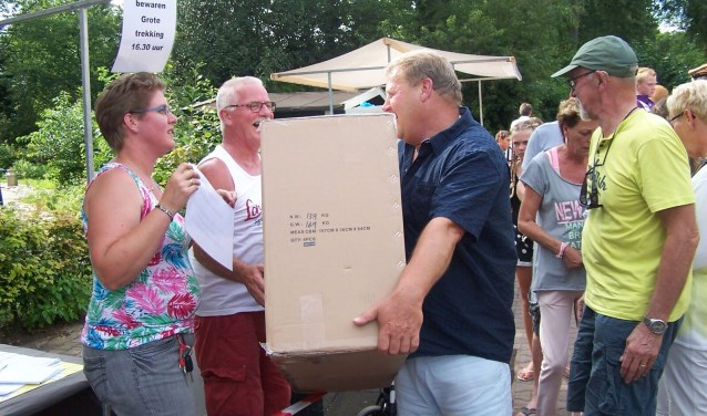 Sylvia Snuverink reikt een prijs uit tijdens een voorgaande fancy fair op 't Stien'nboer. Aan het evenement is een loterij gekoppeld. De komende fancy fair is op zondagmiddag 6 augustus.