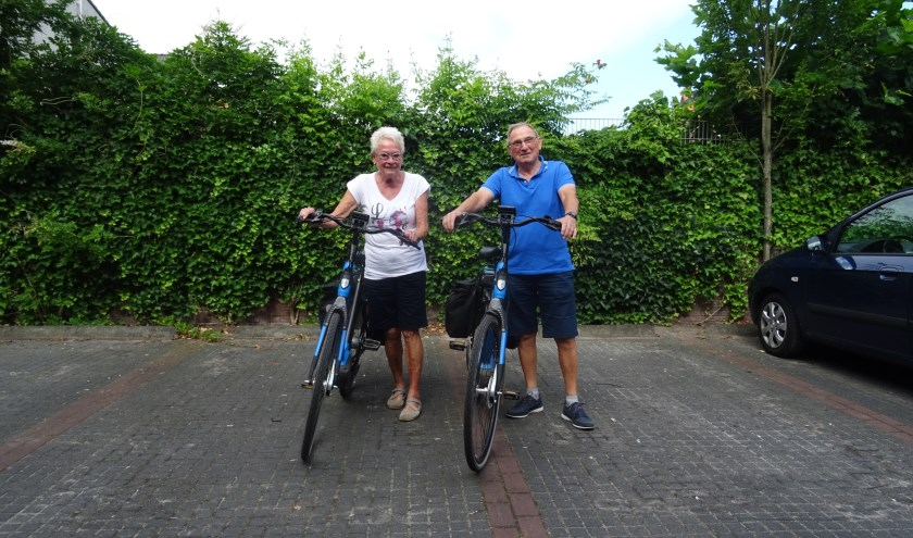 """Johnny en Gretha van Roon zijn tijdens de fietsvierdaagse de hele week in touw. Onder meer bij het ophangen en ophalen van de pijlen. """"We nemen bij het ophalen altijd een picknickmand mee."""""""