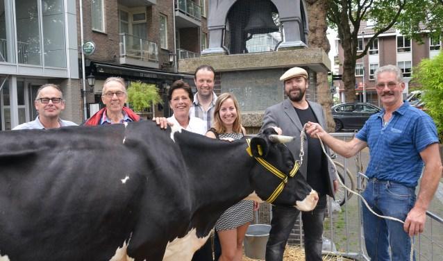 Van links naar rechts: Niek Engelhart, Bert Vollering, Gineke van Kesteren, Cor van der Bas, Kristel in de Wal, Martin Damen, Cor van de Waaij met koe Victoria